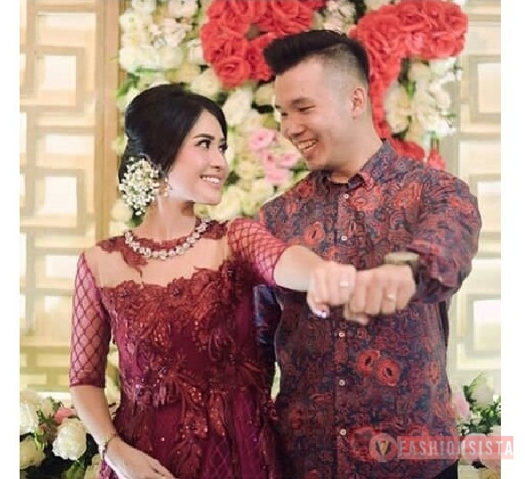 Model Baju Couple Terbaru 2020, Baju Kebaya Couple Brokat Payet Transparan Tile Maroon  .