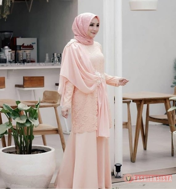 Dress Kebaya Hijab Brokat dengan Aksen Selendang Soft Peach