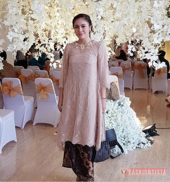 Kebaya Brokat Modern Model Tunic Soft Mocca