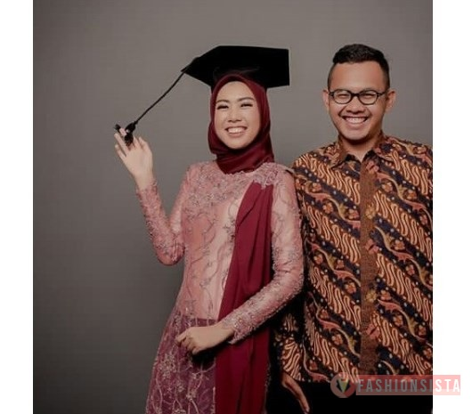 Model Kebaya Couple Terbaru Aksen Selendang Peach Maroon