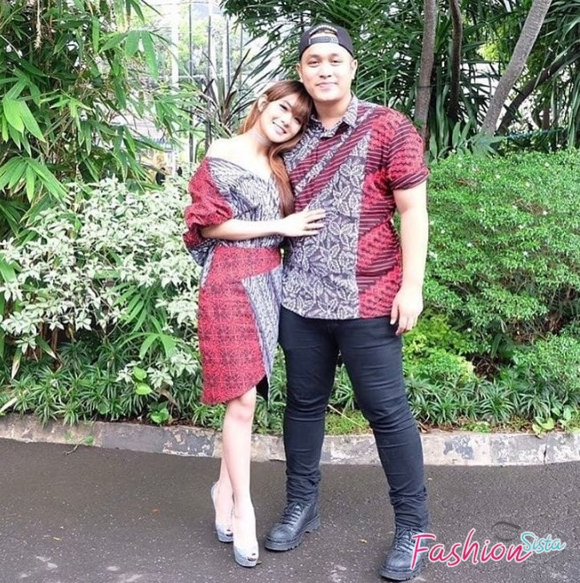 Model baju batik couple simple artis